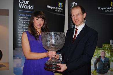 Jocelyn Orr receives the Victor Truesdale Prize from Edwin Truesdale