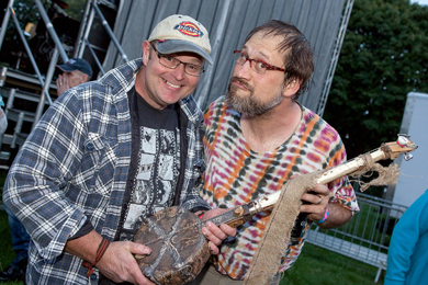 Andrew Cooke presents a 'Diddly Bow' to Hayseed Dixie frontman, Barley Scotch.