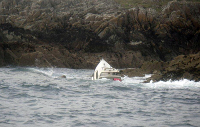 An angling boats sinks off the rocks south of Ardglass but the crew got onto land safely.