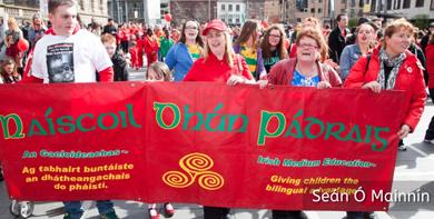 Ghlac baill de Chuann Gaelach Leath Chathail pairt sa mhórshiúl i mBéal Feirste le déanaí in agóid ag an easpa tacaíocht atá an dá stat, thuaidh agus theas, ag léiriú don Ghaeilge agus na deacrachtaí a bhíonn ann seirbhísí a fháil trí mheán na Gaeilge. Members of Cumann Gaelach Leath Chathail took part in the recent march in Belfast protesting at the lack of state support for the Irish language, north and south, and at the difficulty there is in getting services through the medium of Irish.
