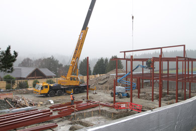 Progress despite the bad weather - the steel structure is erected.