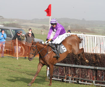 Kiteney Wood ridden by Barry O'Neill won the Debbison Cemmercials race for four year olds.